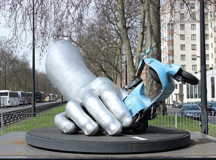 La Dolce Vita By Lorenzo Quinn 2011. Park Lane, London Uk.