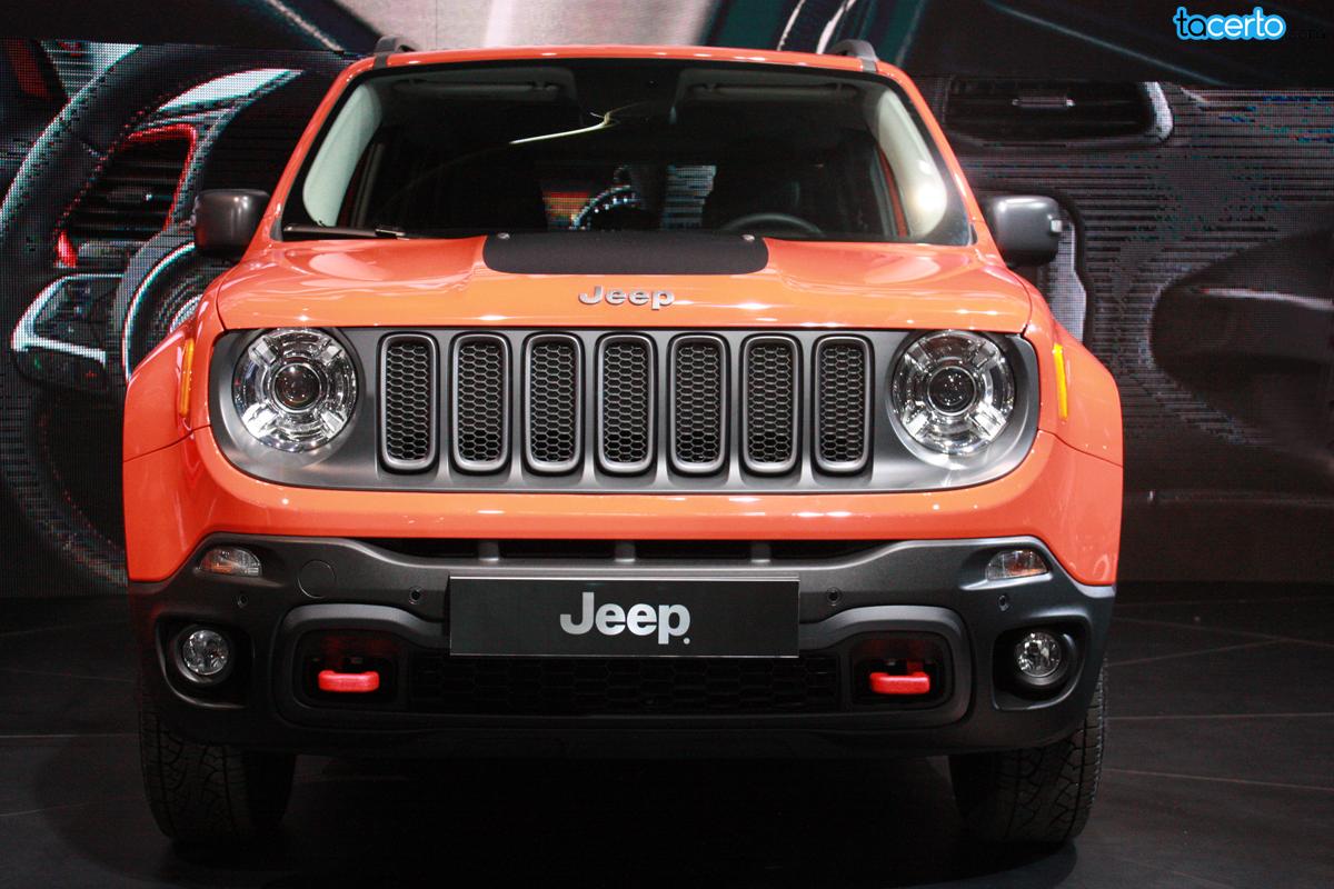 Jeep Renegade apresentado no Salão do Automóvel 2014. Ele chegará às lojas em março de 2015, em três versões: Sport, Longitude e Trailhawk. http://tacerto.d.pr/nTEo