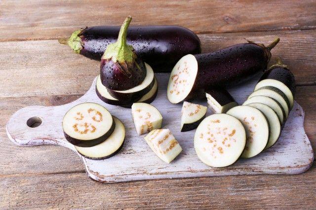 Ricetta risotto con bucce di melanzane - come non sprecare le bucce di questa verdura e preparare una squisita ricetta risotto con melanzane e mozzarella