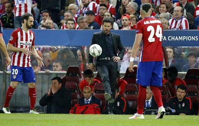 Ex-pelaaja Diego Simeonella pysyy pallo yhä hallussa.