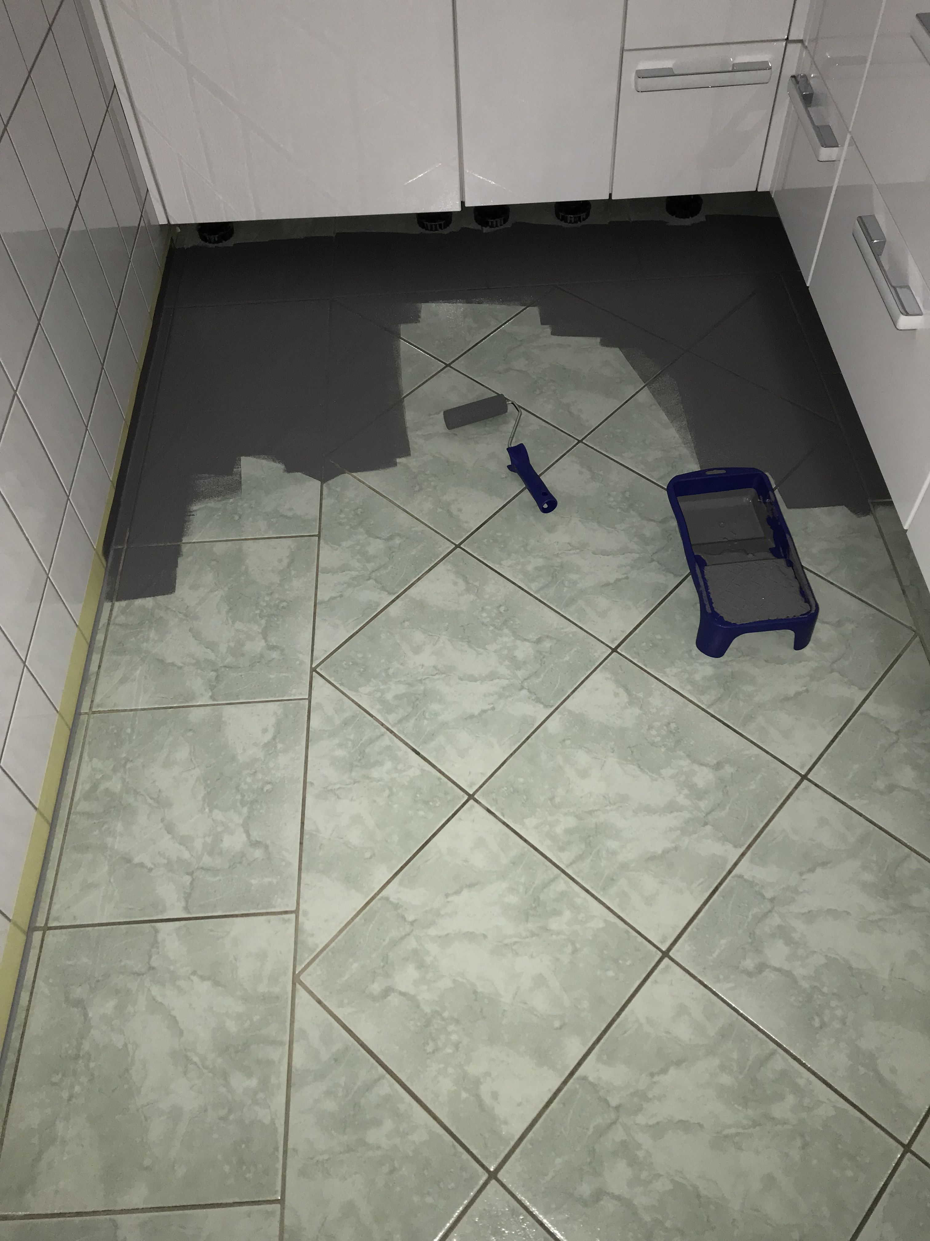 Fußbodens streichen mit Kreidefarbe Diese Kacheln wurden