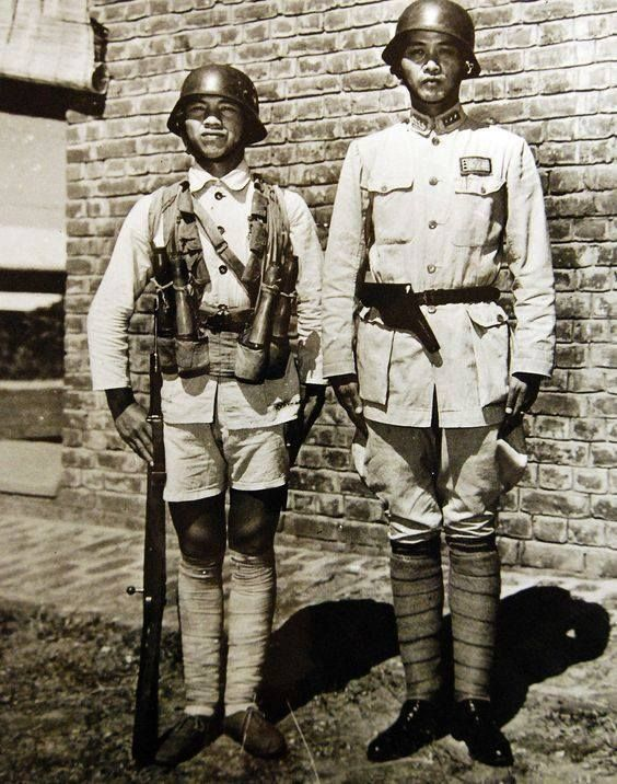 Second Sino Japanese War July 1937 September 1945 Battle Of Changsha January 1942 A Chinese Soldier And An Officer In Field Dress Circa 1942 Vis
