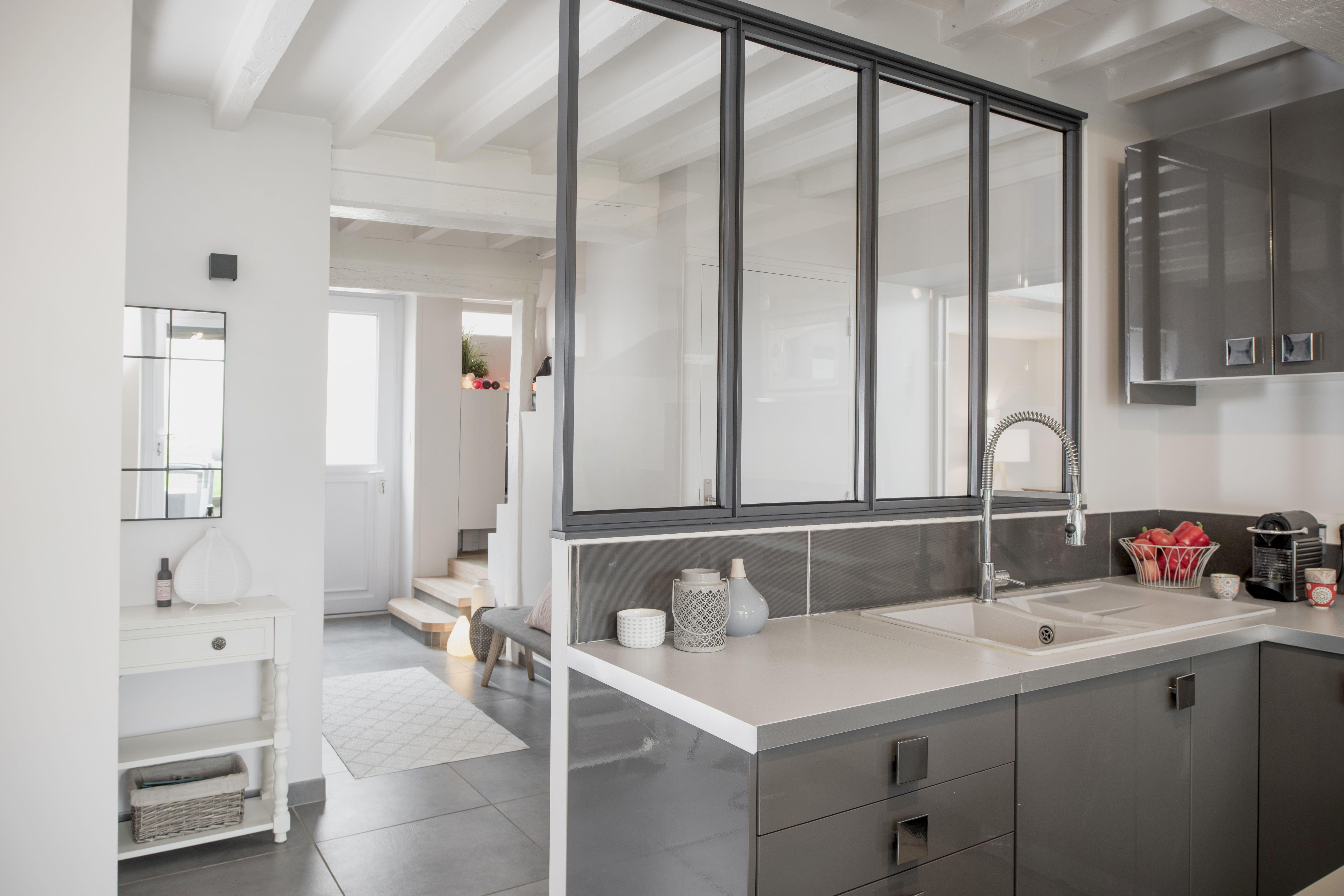Cuisine avec verrière ouverte sur entrée dans une maison familiale rénovée par larchitecte d