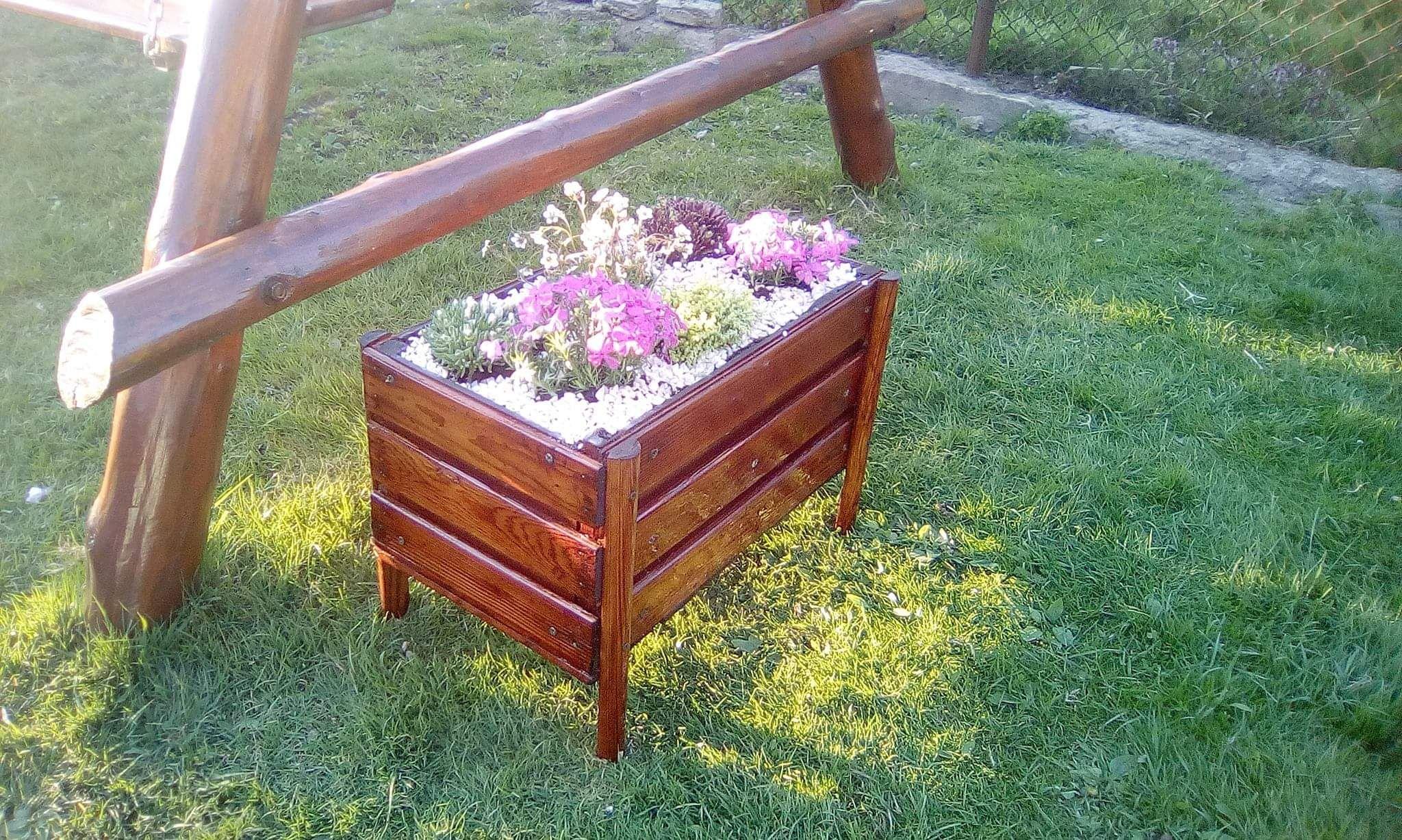 Skrzynka Na Kwiaty Wykonana Ze Starej Skrzynki Na Owoce Outdoor Decor Outdoor Furniture Decor