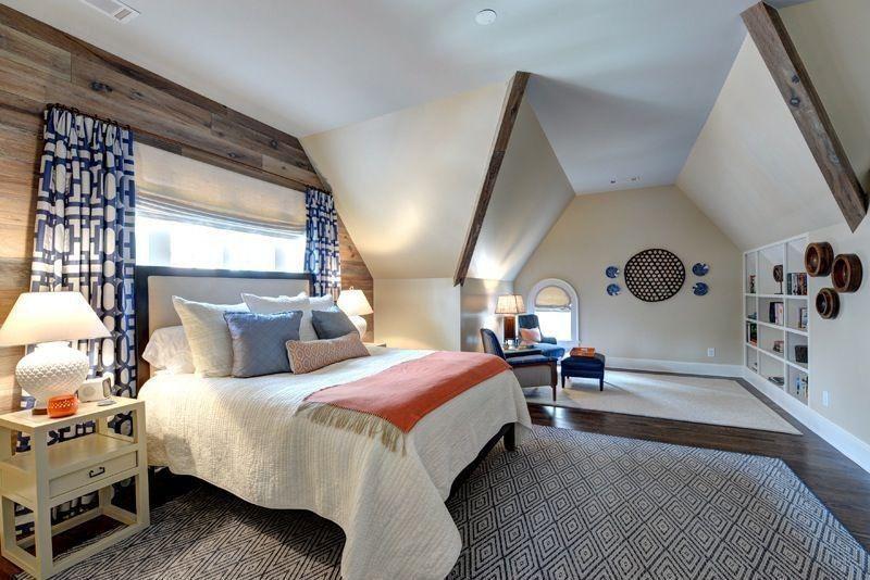 Geräumige Dachgeschoss Schlafzimmer Mit Schrägen Wänden, Lesen Nook, Dunkle  Holzböden Und Weiche Gelbe Wände.