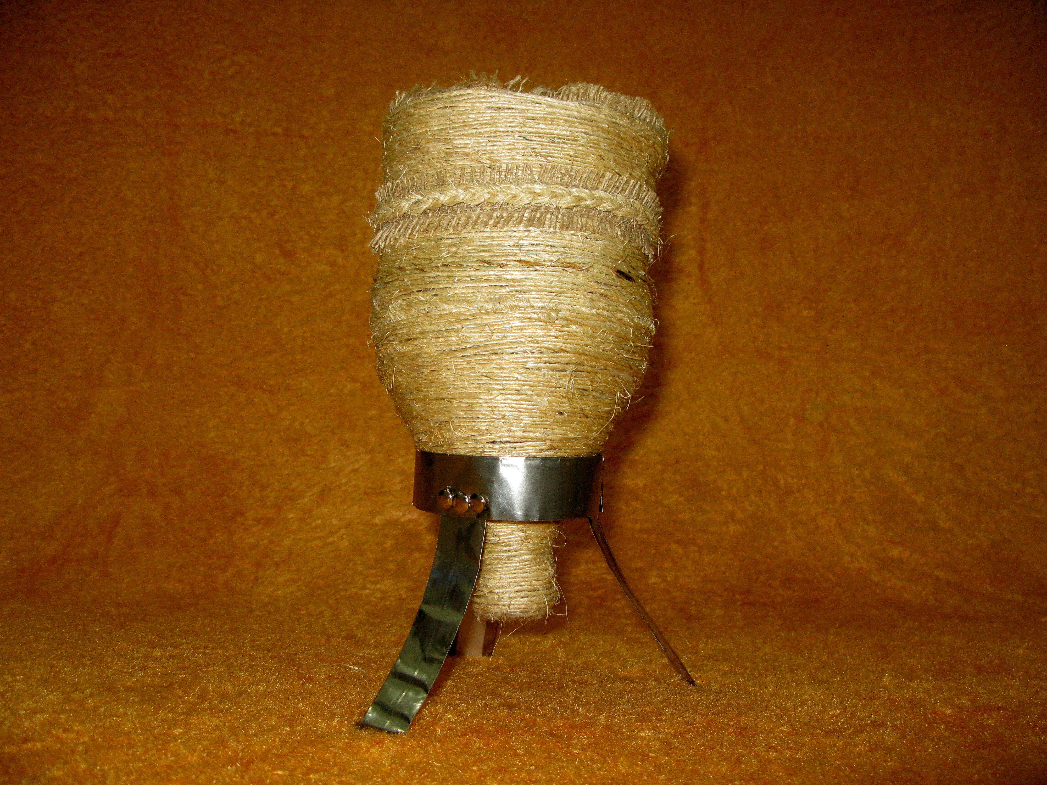 cuias de chimarão feitos com garrafas pet , base (suporte) em lata de refrigerante ,revestidas com barbante de sizal bio.