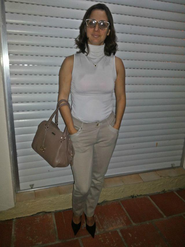 FEMINA - Modéstia e elegância: Calça de montaria bege + blusa de gola alta sem mangas
