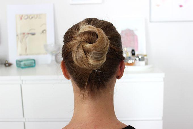 Nopea ja helppo jokapäivän nuttura! Fast and easy everyday bun tutorial for bad hair days! http://flounce.fi/2015/08/minitutoriaali-huonon-hiuspaivan-pelastava-nuttura/
