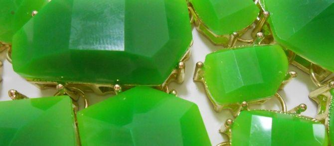 """O verde esmeralda é a cor que vai bombar em 2013. Assim como o laranja reinou em 2012 e início deste ano, este tom de verde, que fica entre o claro e o escuro vai prevalecer no mundo da moda, design, maquiagem e vários outros segmentos. Bem, mais como as cores da moda são definidas? A """"cor do ano"""" e seu tom exato é determinado sempre pela empresa Pantone, especializada em identificação e padronização de cores. http://www.bibeli.com.br/post-interna/verde-esmeralda-a-cor-de-2013"""