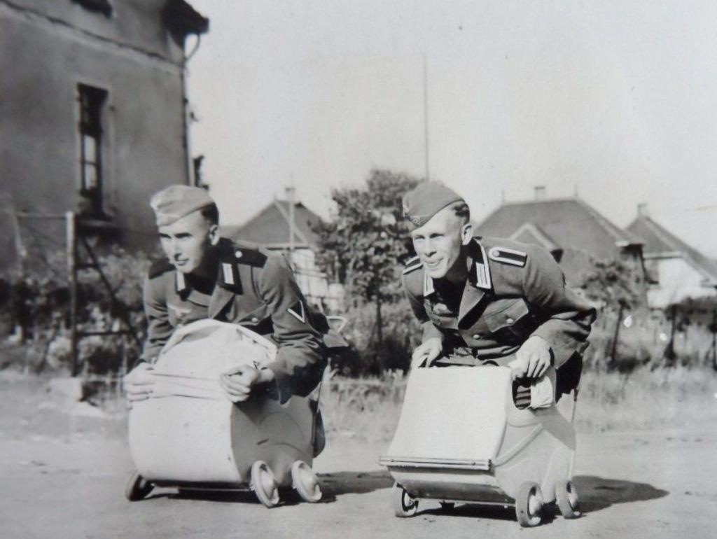 Deux soldats allemands s'amusent dans des landaus pour poupées | by ww2gallery