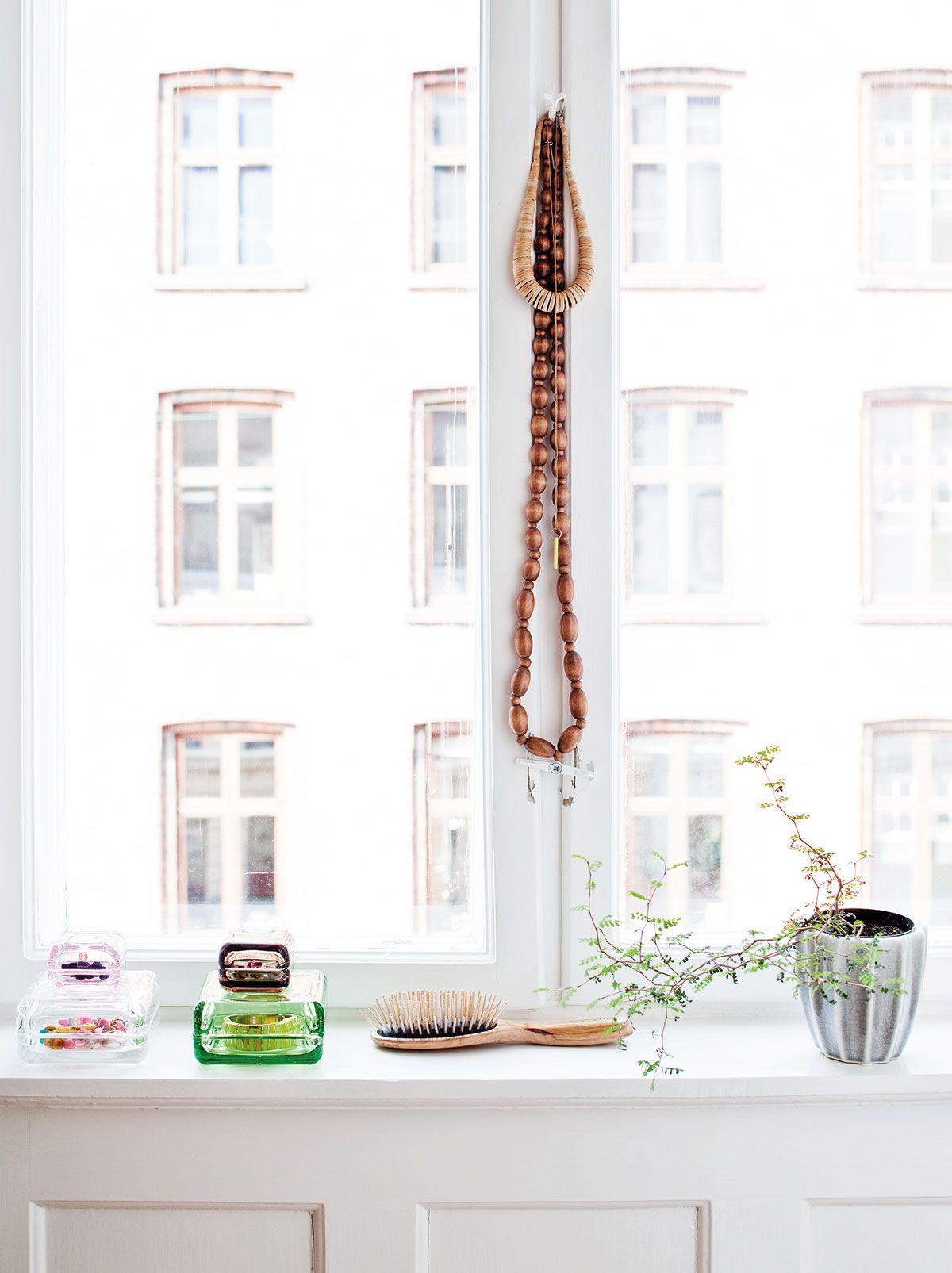Makuuhuoneen ikkunalaudalle kerätyt Anu Penttisen Iittalalle suunnittelemat Vitriini-rasiat ovat Linan toivelahjoja
