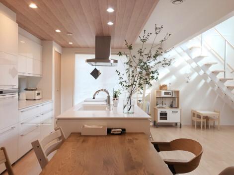 下がり天井が空間を仕切るキッチン Mariagramさんのキッチンを探索 一条工務店 スマートキッチン ワイドカウンター 2020 スマートキッチン とても小さな家 デザイン キッチンとリビングルーム