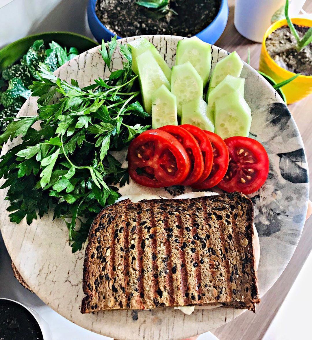 Günaydınn🙋🏻♀️ bu sabah yumurta yok🤭onun yerine protein ekmekle hindi fümeli tost var😋 . .  #sağlıkl...