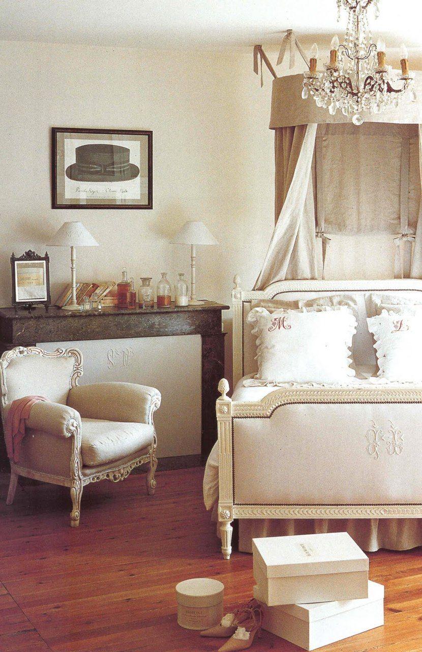 Dormitorio en tonos neutros. Cama con dosel