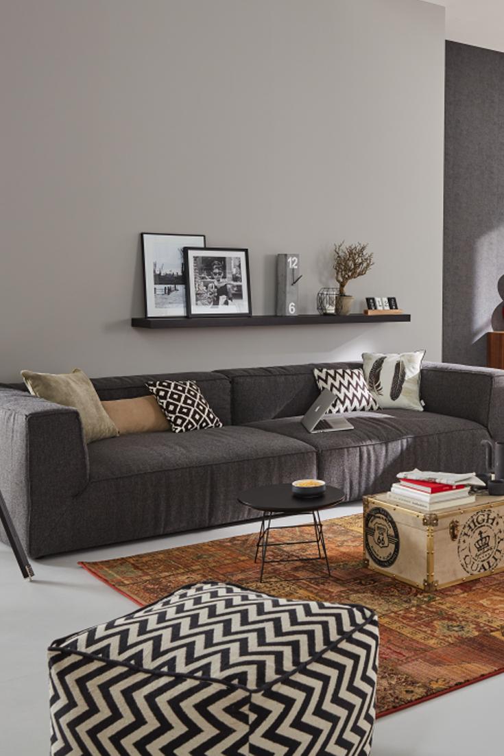 Coole Dunkelgraue Couch, Schwebendes Regal Und Mustermix Im Wohnzimmer.