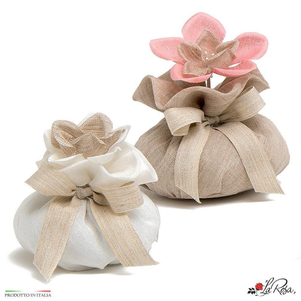 Sacchettini Portaconfetti Di Lino Con Fiore Di Tessuto E Fiocco I Tessuti Sono Tagliati E Cuciti A Mano Da Maestri Artigian Cucire A Mano Fiori E Cucito