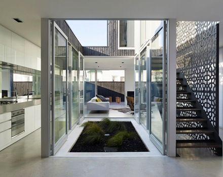 Casa contempor nea de contraste l dico a trav s del color y el material de construccion - Casas con patio interior ...