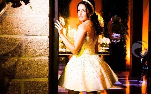 Retirando a parte móvel do vestido ele se transforma em um novo modelo: curtinho, soltinho e superconfortável para que ela pudesse se jogar na pista de dança a noite toda.