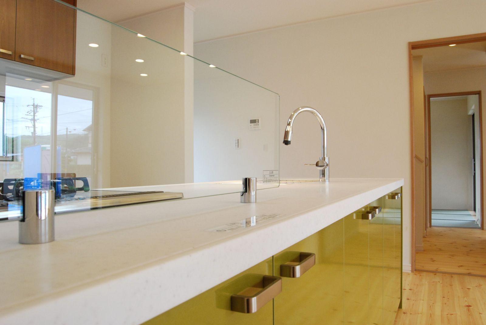 漆喰壁や無垢床で仕上げたナチュラルなインテリア実例 天井と壁を