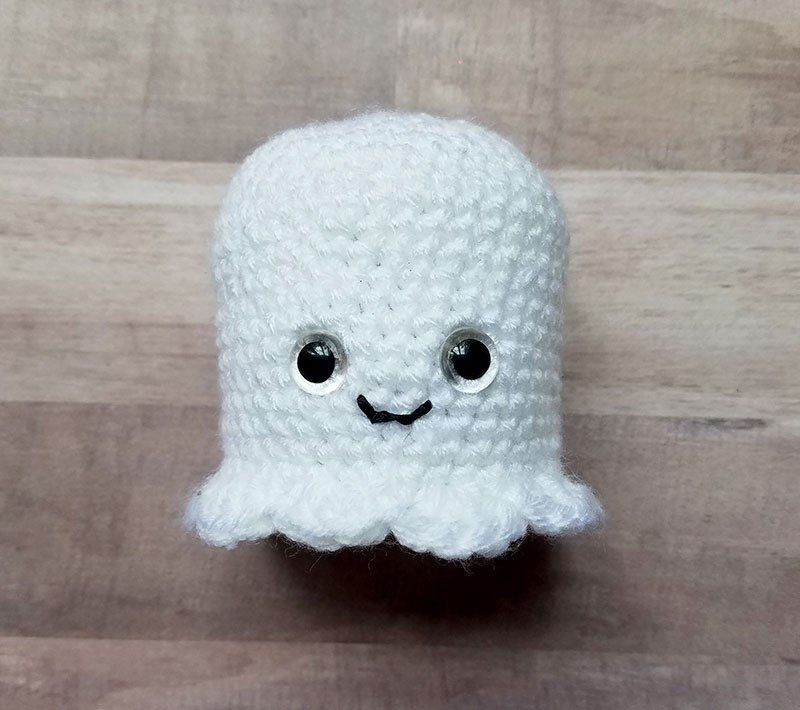 Free crochet pattern for glowing crochet ghosts upcycled Halloween craft! Start with a yogurt jar, end up with awesome!