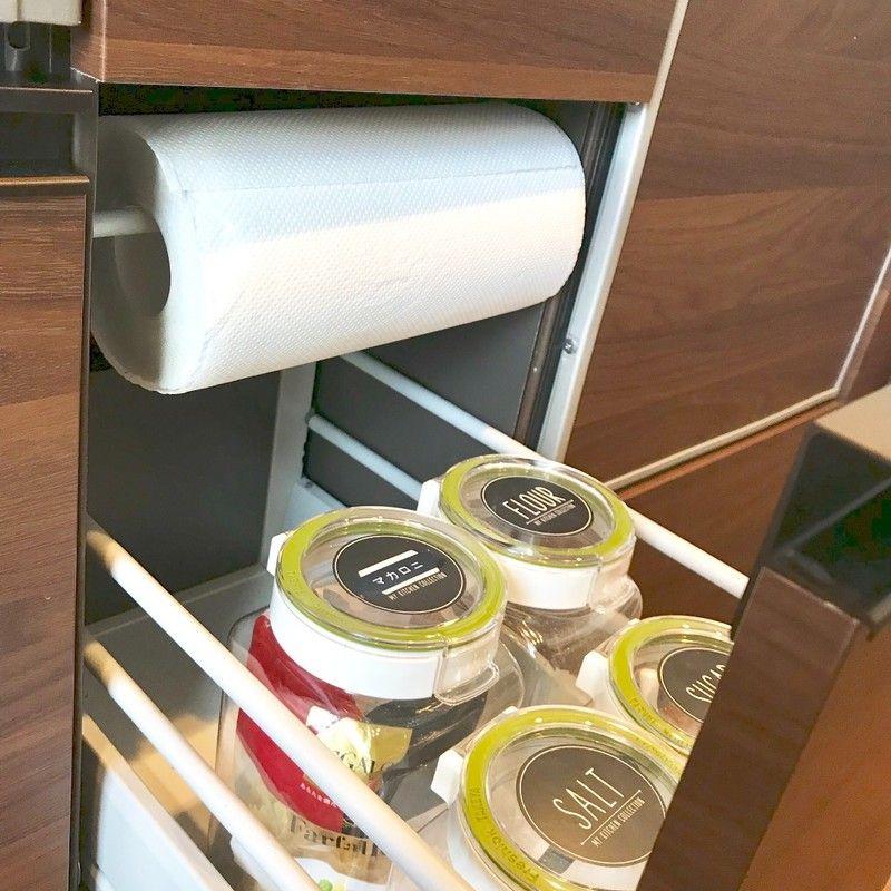 よくある食器棚の深過ぎる引き出し 背の高いボトルを入れてもまだまだ高さが余ってしまいます そんな時は つっぱり棒で内引き出しを簡単に作りましょう 食器棚 収納 引き出し 食器 収納 引き出し キッチン 収納 引き出し