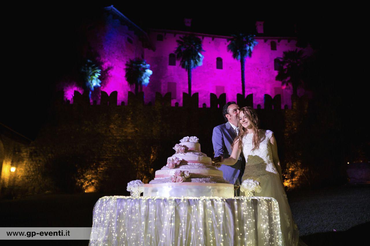 Illuminazione esterna della facciata del castello sposi che