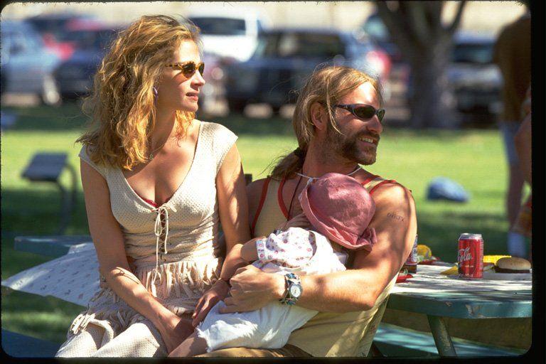 Julia Roberts and Aaron Eckhart in Erin Brockovich (2000)