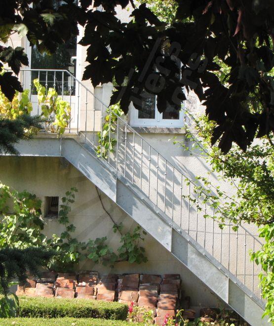 escalier droit d 39 ext rieur en acier galvanis au style. Black Bedroom Furniture Sets. Home Design Ideas