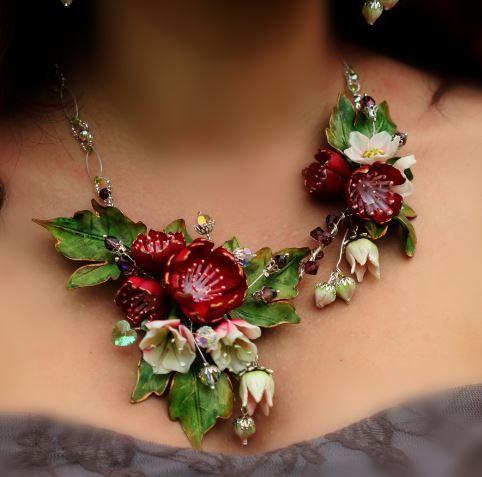 Fleurs réalisées en porcelaine froide , modelées et peintes à la main
