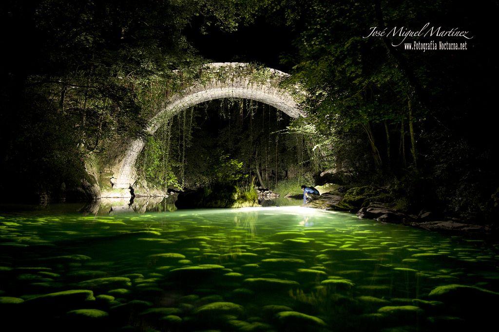 #FotografiaNocturna Puente de #Mirones #Miera #Cantabria iluminado con linterna #Nitecore TM6GT dentro del agua  www.fotografianocturna.net
