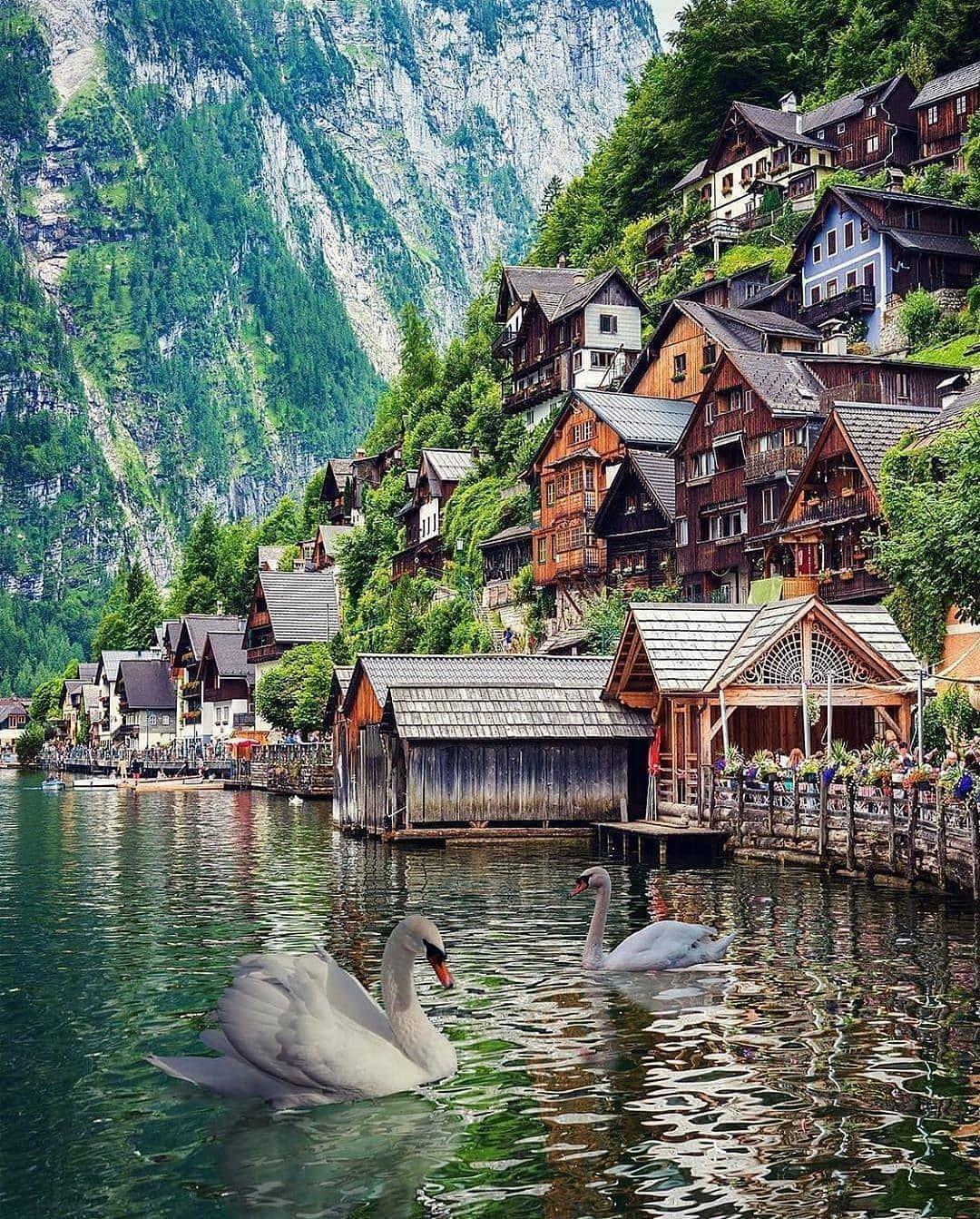 🌏 Hallstatt, Avusturya . . . . . .  📸 @kyrenian  . . . . . . . . . . . . . . #instatravel #instatraveling  #travelling...