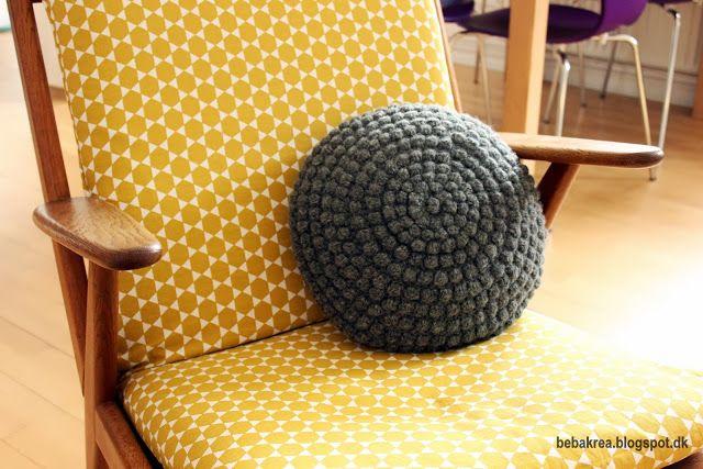 Hæklet rund pude - Kunne være fedt at lave en masse forskellige puder i grå, lyserøde og brune farver osv.