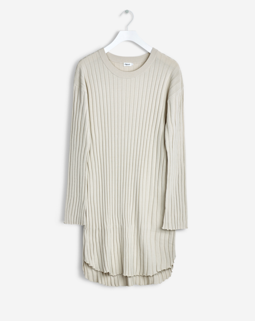 Tunic dress top with a sharp rounded bottom shape and trumpet sleeve in a defined rib. Drapey viscose yarn that has a subtle sheen to it and a sharp structure. Ideal to use as layering top over wide slacks or longer skirts.