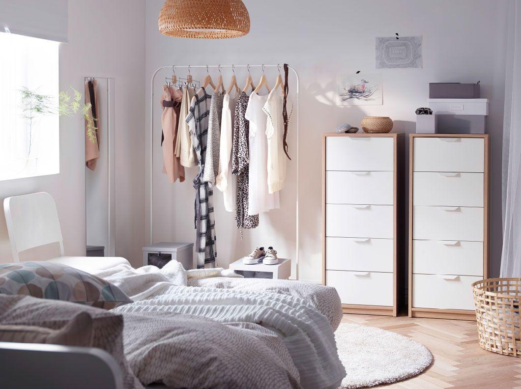 Chambre coucher avec deux commodes 5 tiroirs en blanc noir et un portant blanc pour une vue d - Chambre a coucher en noir et blanc ...
