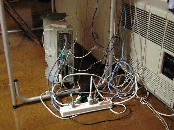 テレビ裏の配線収納にお困りですか すっきり絡まらない裏技教えます