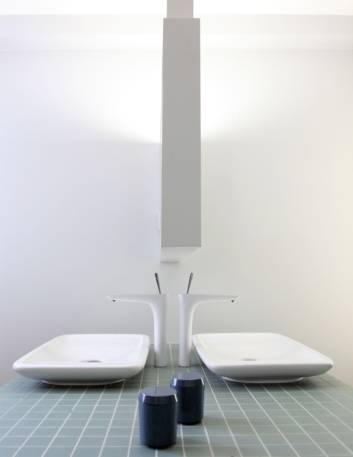 vasque en gres 2 vasques en face à face sur le bloc recouvert de carrelage en grès cerame  céladon