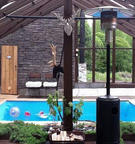 Lasihuone saunalla ja uima-altaalla