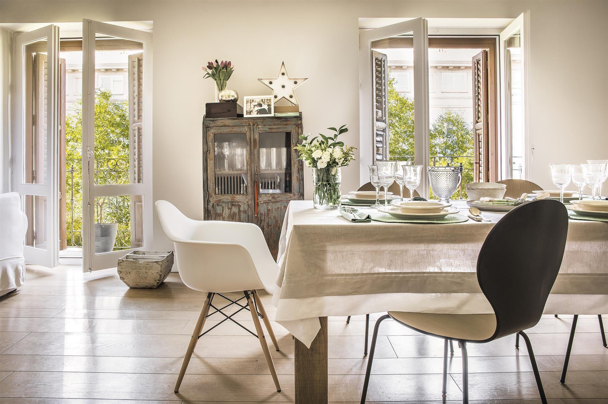 Cocina en blanco  Viviendas pequeñas, Grandes mesas de comedor