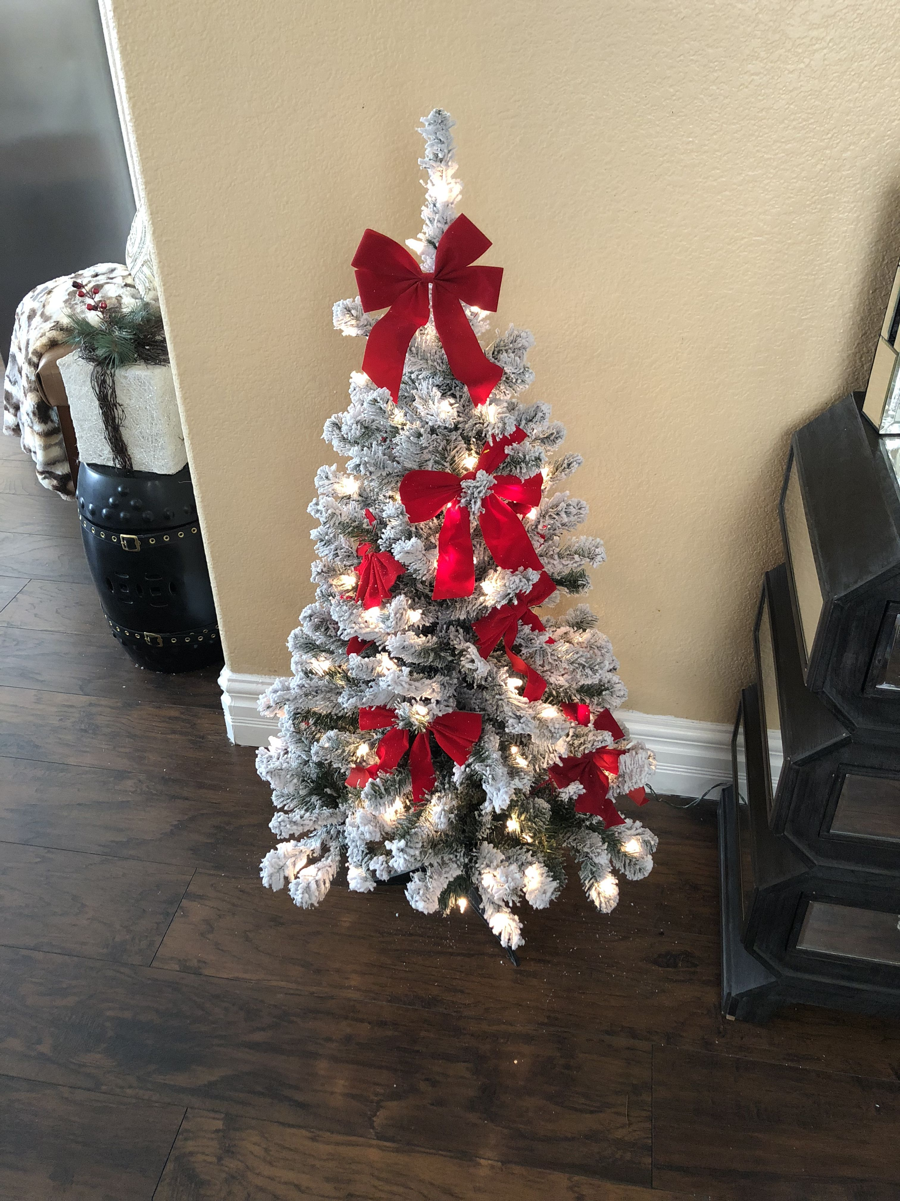Mini Red Bows And White Flocked Christmas Tree #Christmas #Flockedtree