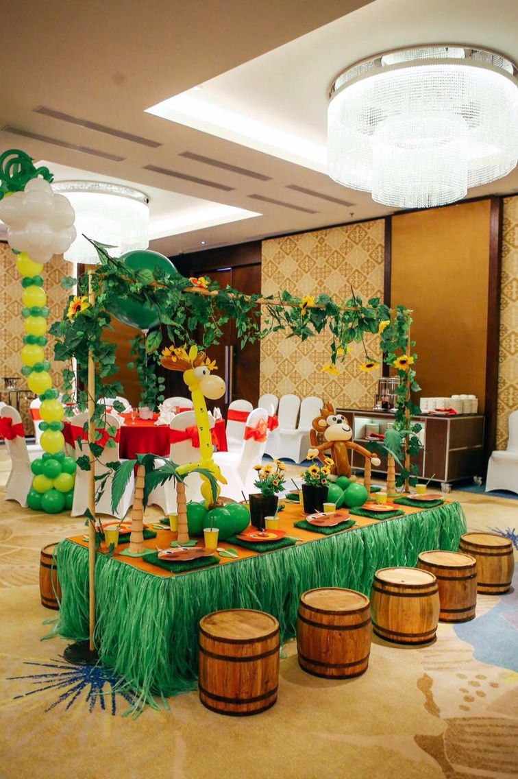 Madagascar kids table decoration ideas chimmy changa just smile and wave boys smile and - Deco table jungle ...