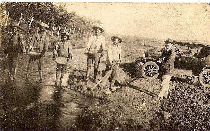 Mineiros em garimpo no Córrego Rico, 19--. Paracatu - MG. Foto contraditoriamente creditada a Olímpio Michael Gonzaga (o homem de preto à direita)