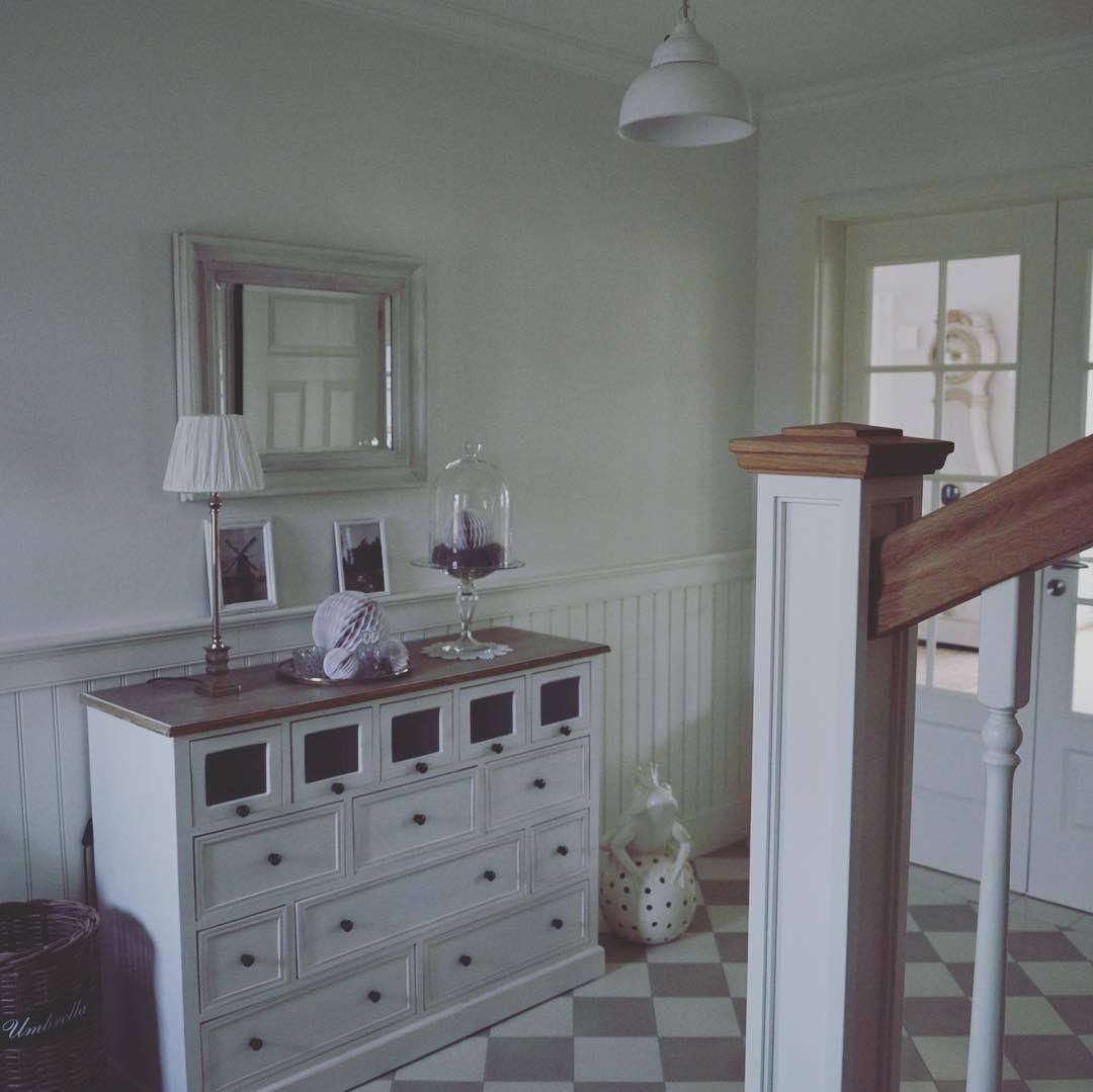so sch n kann zuhause sein mit wandvert felung landhausstil flur t. Black Bedroom Furniture Sets. Home Design Ideas