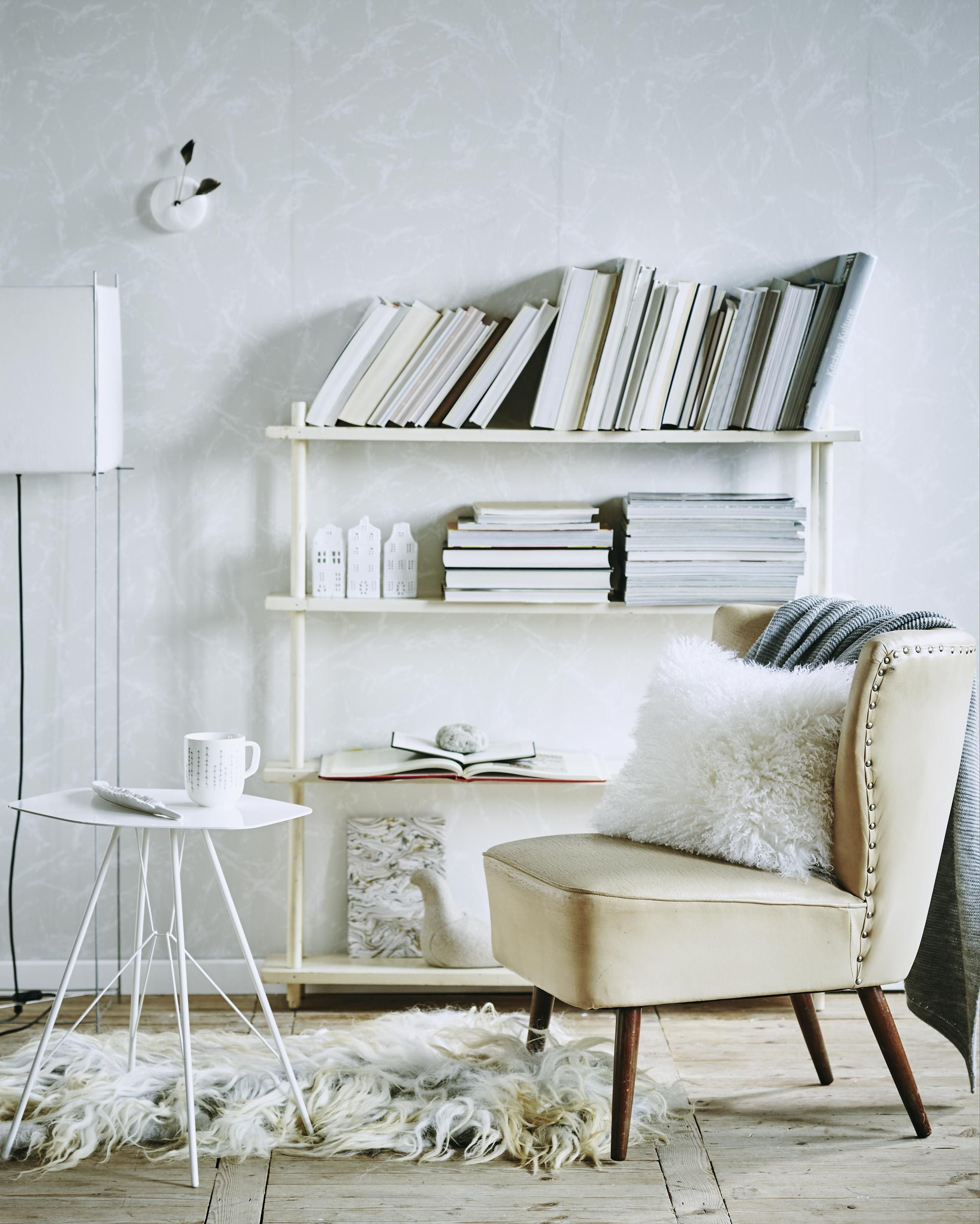 Witte fauteuil in een witte woonkamer | white chair in a white ...