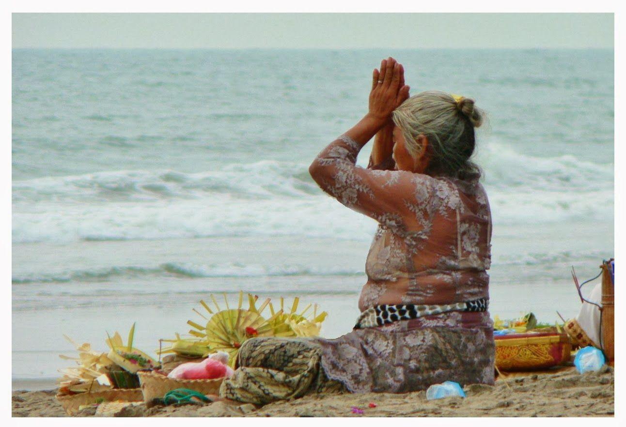 """Yamas """"Os Yoga Sutras são como um mapa que nos guia na direção de uma mente sem flutuações, que nos permita contemplar nosso verdadeiro Ser. Mas a viagem cabe a cada um fazer. Podemos ler e recolher toda a informação sobre um lugar, mas só saberemos como é exatamente quando chegarmos lá. Assim é com o Ashtanga Yoga e só poderemos compreender realmente cada anga quando o experienciamos"""". Leia + www.ashtangayogafloripa.blogspot.com"""