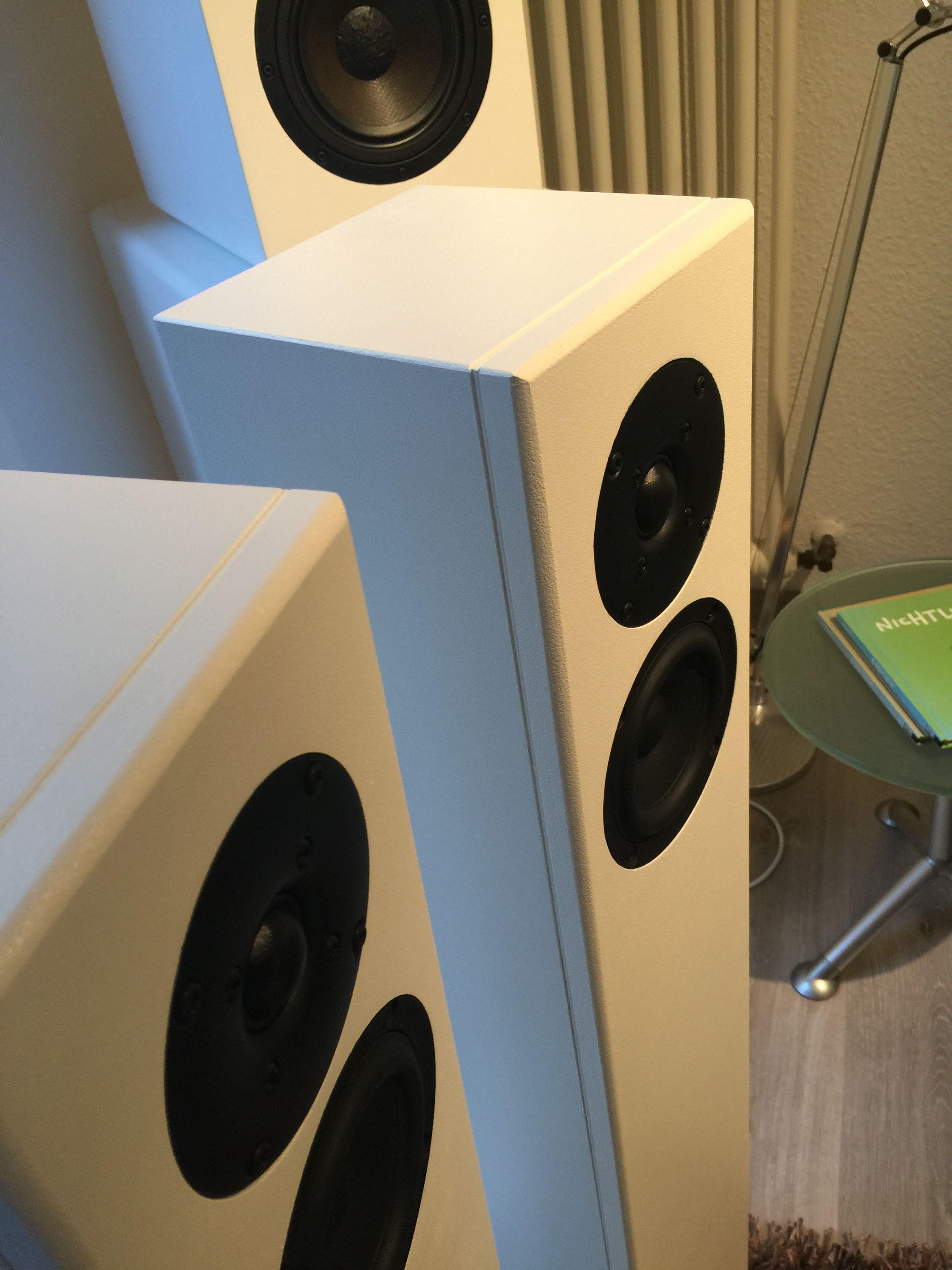 schlanker Speaker mit vollem Sound! Farbe Warnex weiß, umlaufend ...