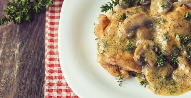 Poitrines de poulet et champignons...sauce au vin blanc et herbes fraîches - Recettes - Ma Fourchette