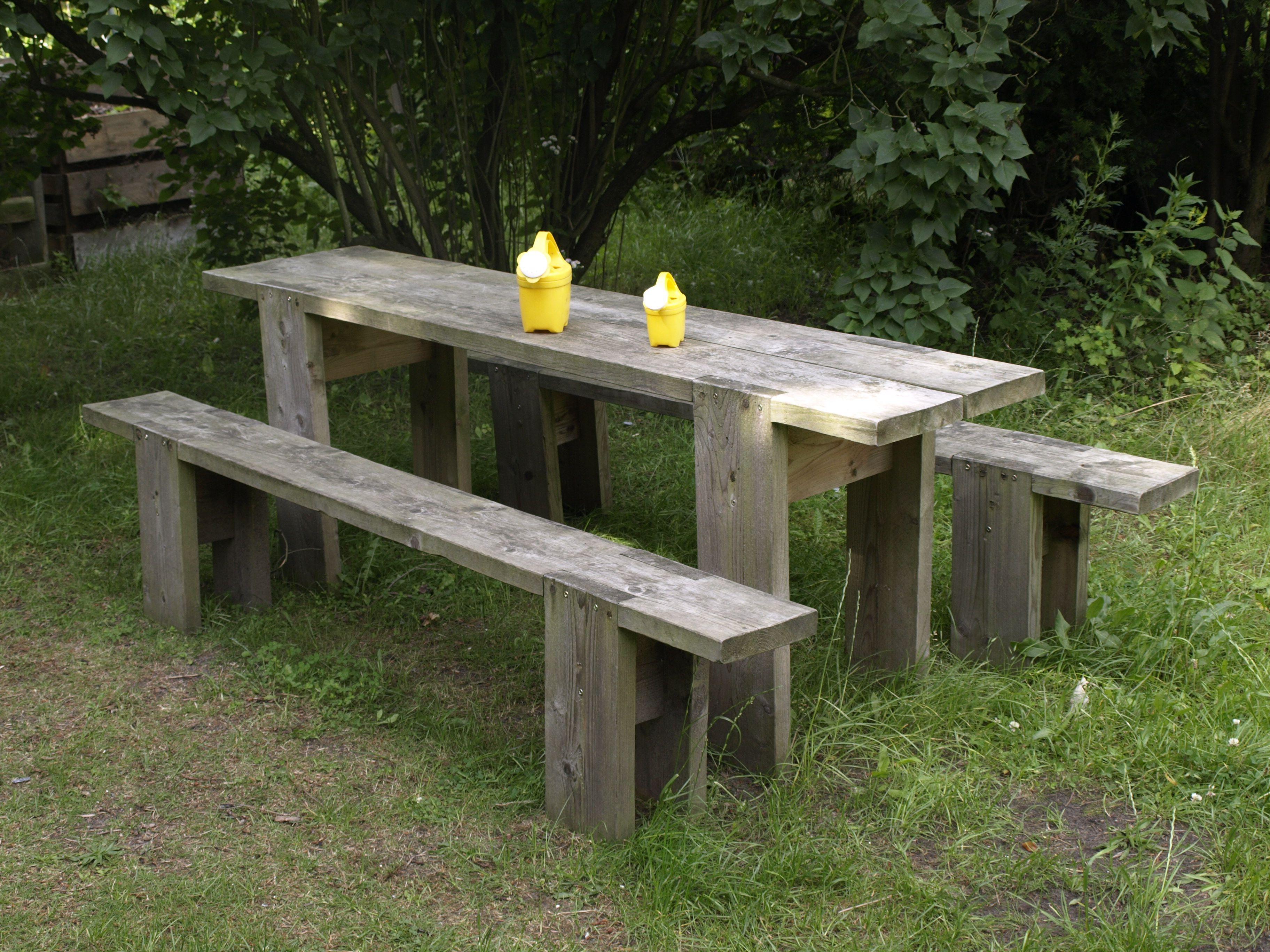 Der Gartentisch und Gartenbank sind robust und billig