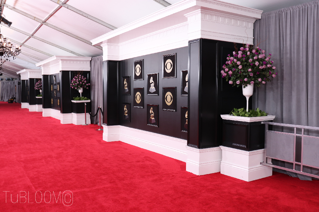 suntory blue rose applause graces the red carpet of the 2018 grammy designed by tubloom red carpet event decorations grammy red carpet red carpet background suntory blue rose applause graces the