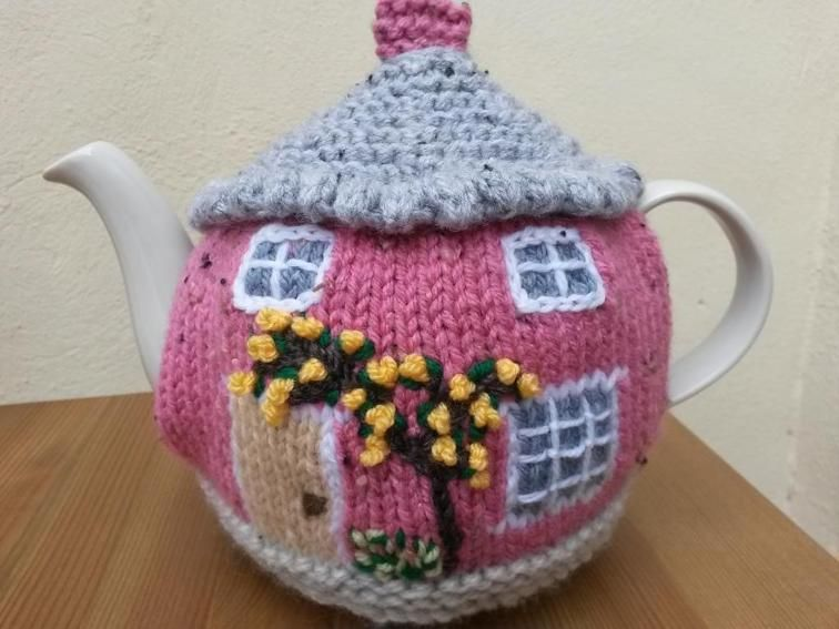 Knitted Cottage Tea Cosies | Teteras, Ganchillo y Artesanía