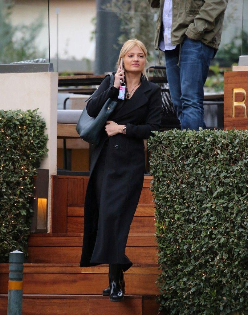 Φαίη Σκορδά  Με (πολύ) μακρύ παλτό που ξεχωρίζει! - JoyTV e309cfaf3d7